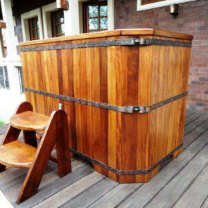 Квадратная ванна из дерева